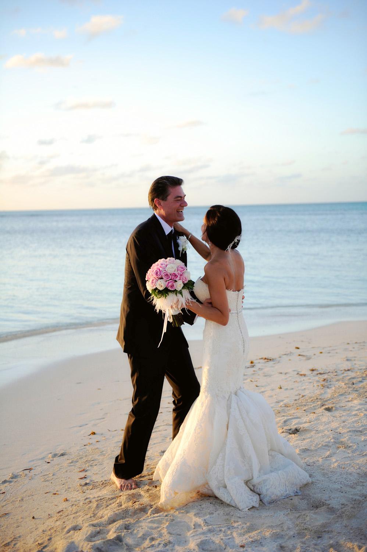 Kathi & Joe's Hochzeit am Strand im Jumby Bay Resort bei Antigua Karibik von Strandhochzeit Hochzeitsfotograf XOANDREA